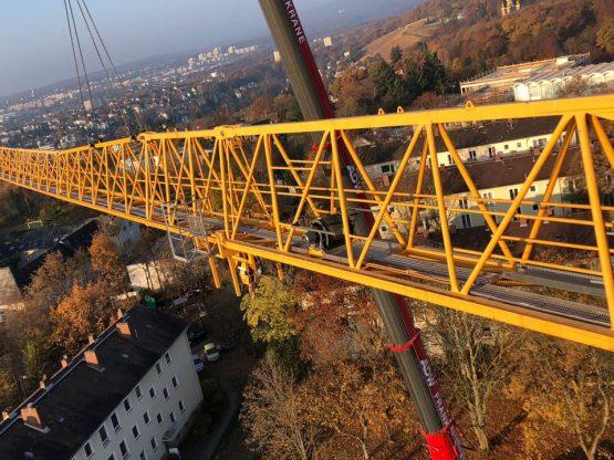 Montage Baukran über den Dächern von Wiesbaden