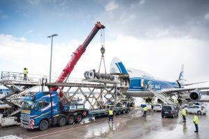 Zylinderverladung von Autodienst West mit Mobilkran am Flughafen