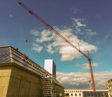 Kran für Glasmontage - Kran mit Glassauger - Fassadenarbeiten - Montagearbeiten Dach - ADW